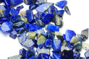 Het dragen van de Lapis Lazuli steen kan helpen bij migraine, jeuk, osteoporose, sportblessures, keelontsteking, insectenbeten, aften en botbreuken.